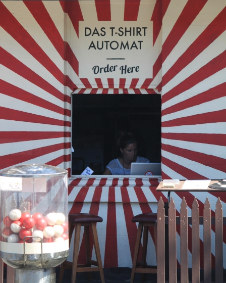 Das T-Shirt Automat on Johnston Street